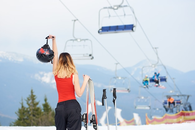 Sciatore femminile alla stazione sciistica invernale