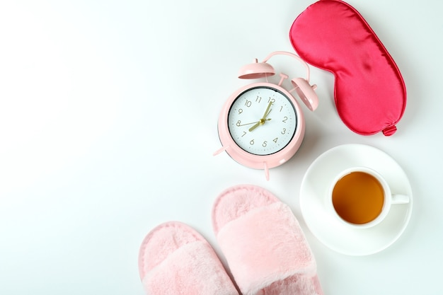 Accessori per la routine del sonno femminile su sfondo bianco