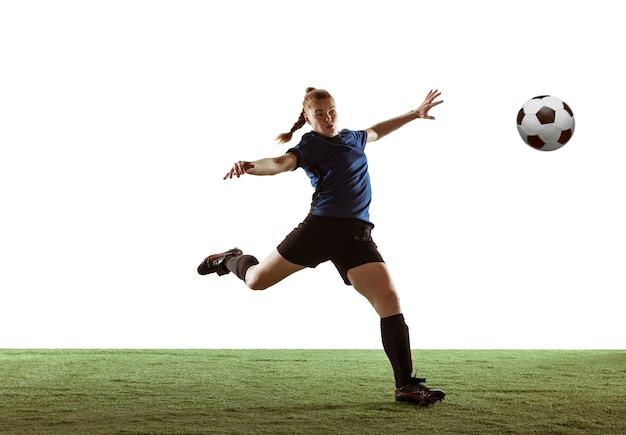 Calcio femminile, giocatore di football che calcia il pallone, allenamento in azione e movimento