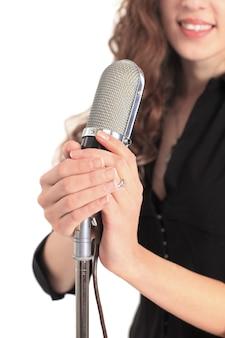 Performer femminile star tenendo il microfono vecchio stile