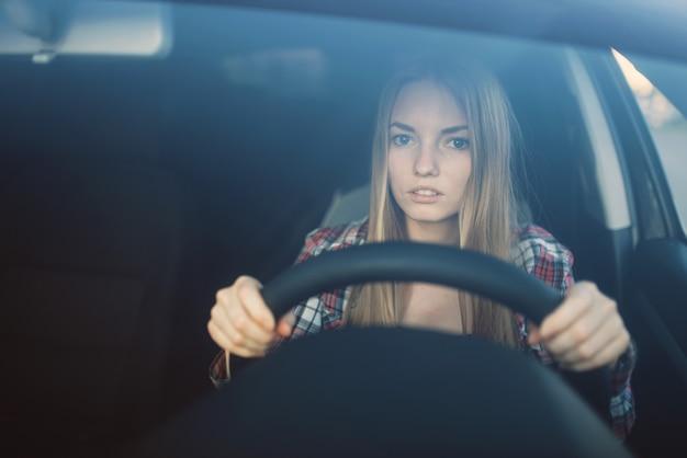 Studentessa all'esame di guida, concetto di scuola di auto