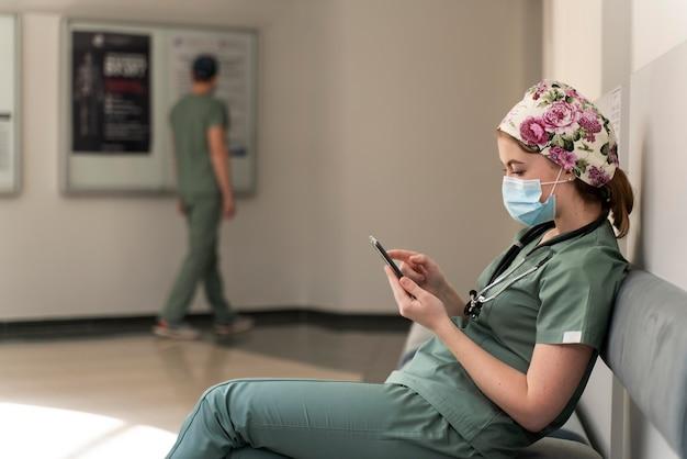 Studentessa in medicina che indossa una maschera medica