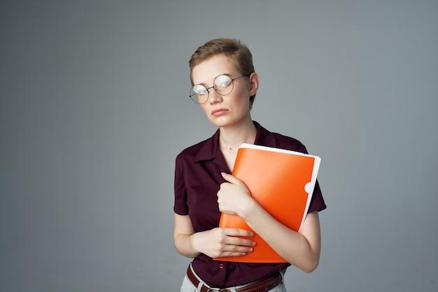 Studentessa in una camicia rossa in stile classico vista ritagliata
