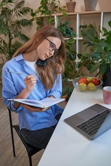 Studentessa che indossa occhiali e usa il laptop