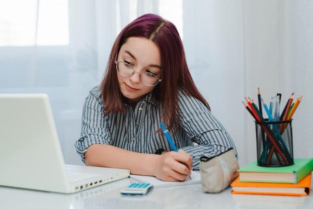 Studentessa con il portatile a fare i compiti
