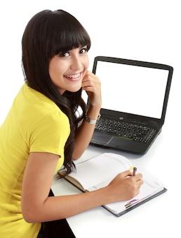 Studentessa con un computer portatile e taccuini