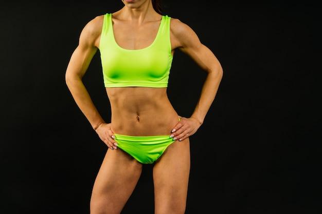 Femmina in studio, il corpo di una bella donna sportiva fitness è in biancheria intima