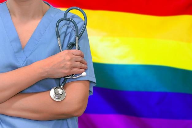 Chirurgo o medico femminile con lo stetoscopio in mano