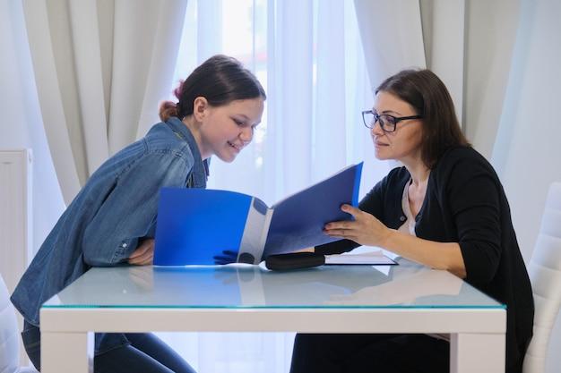 Insegnante di sesso femminile che insegna alla ragazza individualmente, lezioni private