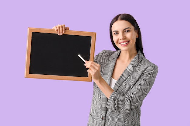 Insegnante donna con lavagna