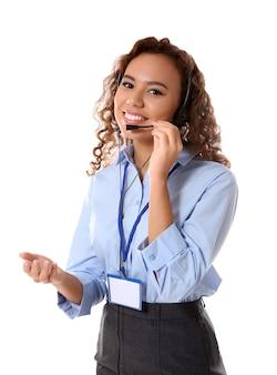 Dispatcher femminile della call center del supporto tecnico su fondo bianco