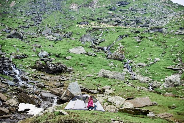 Turista femminile che fa un'escursione in montagna