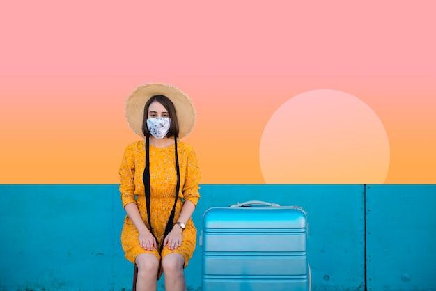 Donna in viaggio per le sue vacanze estive tropicali
