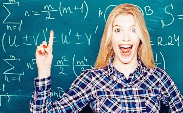 Studentessa universitaria nel campus. ritratto di uno studente di college nel campus. studio per adolescenti online