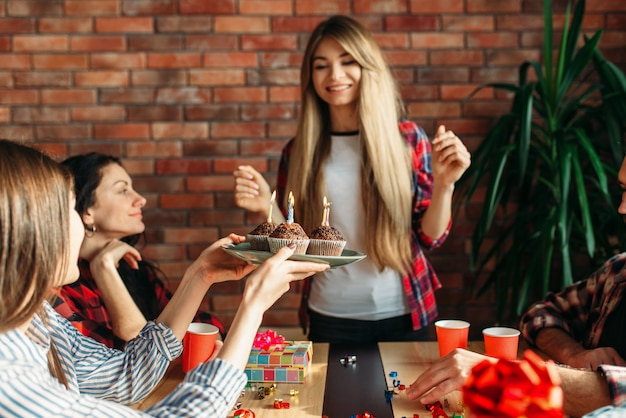 Una studentessa universitaria riceve un dolce regalo