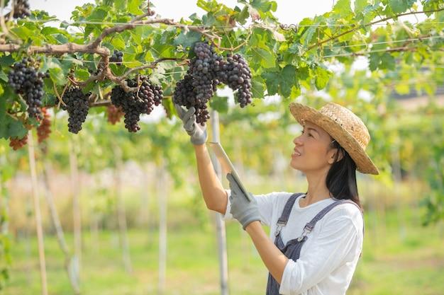 Donna che indossa una tuta e un cappello di paglia vestito da fattoria