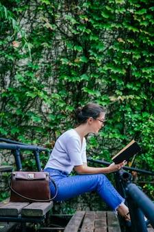 Donna femminile che studia per la finale un esame al college