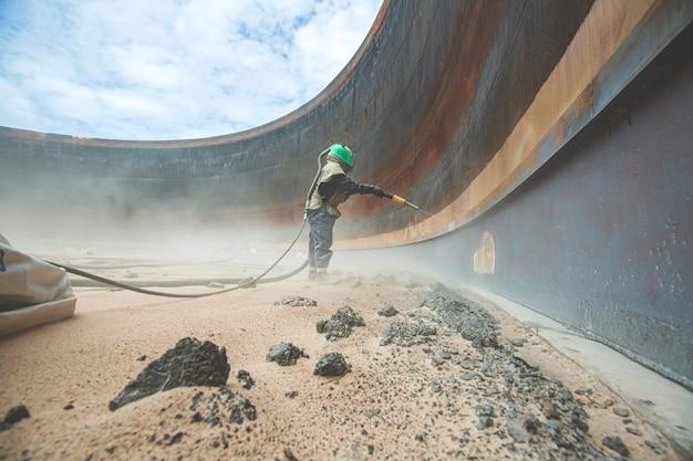 Preparazione della piastra di corrosione superficiale della lavoratrice mediante sabbiatura dell'olio interno del serbatoio
