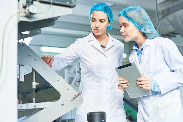Lavoratrici in fabbrica moderna