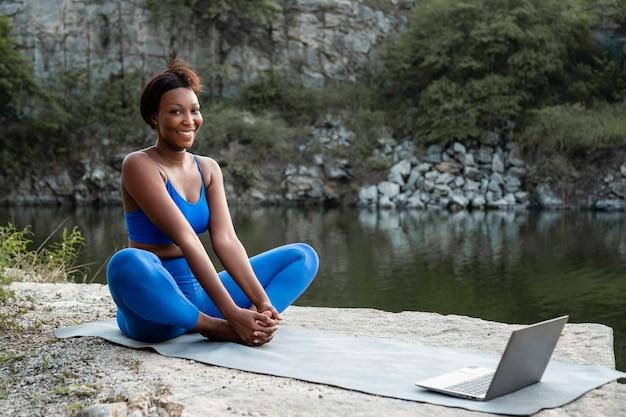 Insegnante di yoga femminile che insegna online