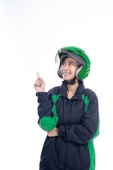 Tassista uber di feman che presenta al copyspace