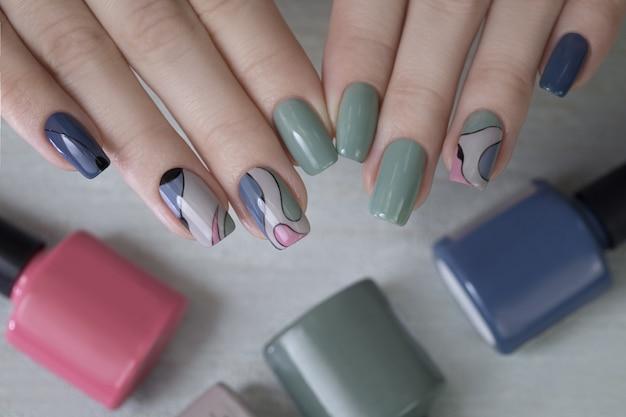Mani femminili con manicure verde per unghie