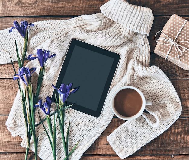 Essenziali femminili. inquadratura dall'alto di maglione, fiori, tazza di caffè, confezione regalo