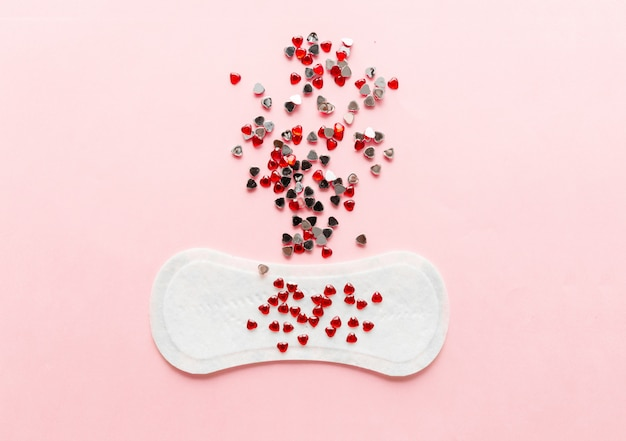 Rilievo di igiene femminile su una priorità bassa dentellare. concetto di igiene femminile durante le mestruazioni.