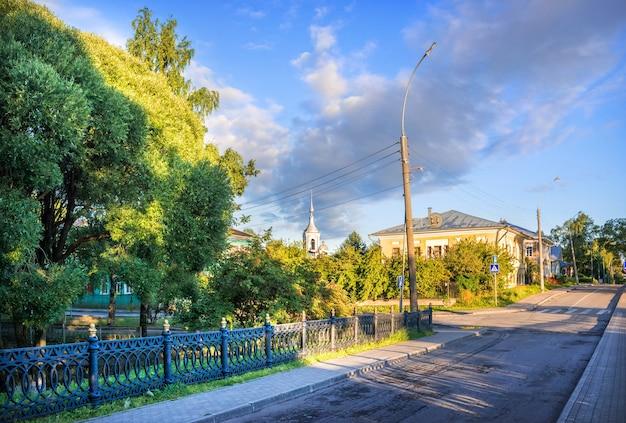 La recinzione del giardino del cremlino e una strada deserta a vologda in una mattinata di inizio estate