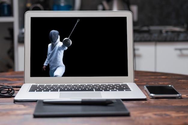 Lo schermidore avanza con una spada in mano. concetto di sport. tecnica mista