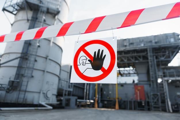Nastro di recinzione con poster l'ingresso non autorizzato è vietato nel sito con lavori di costruzione e installazione.