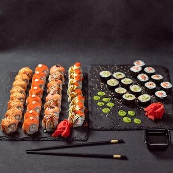 Feng shui roll, kani hot sushi roll con philadelphia roll da vicino