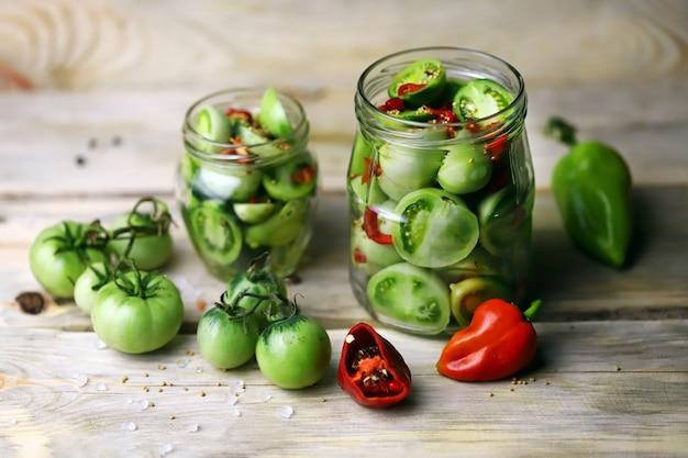 Fermentazione dei pomodori verdi.