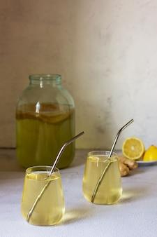 Bevanda kombucha fermentata in un bicchiere di vetro.