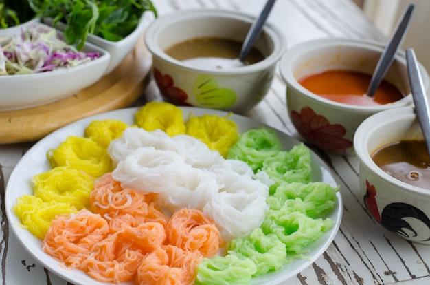 Tagliatelle di farina di riso fermentate / kanom jeen