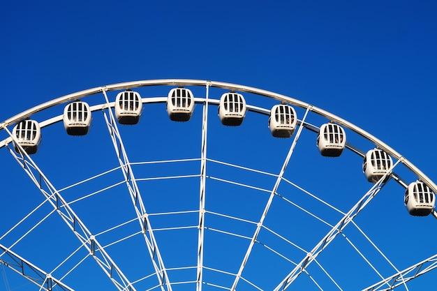 Ruota panoramica sullo sfondo del cielo blu