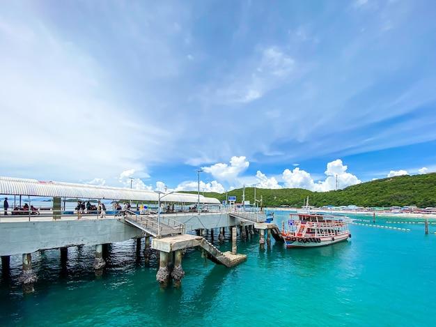 Traghetto in movimento verso la costa a koh larn al porto di tawaen