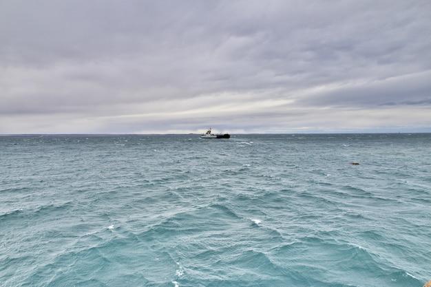Il traghetto sullo stretto di magellano, tierra del fuego, cile