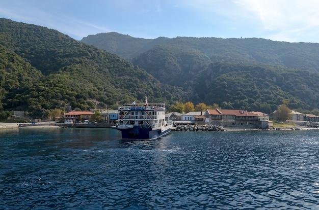 Traghetto dei pellegrini per il monte athos