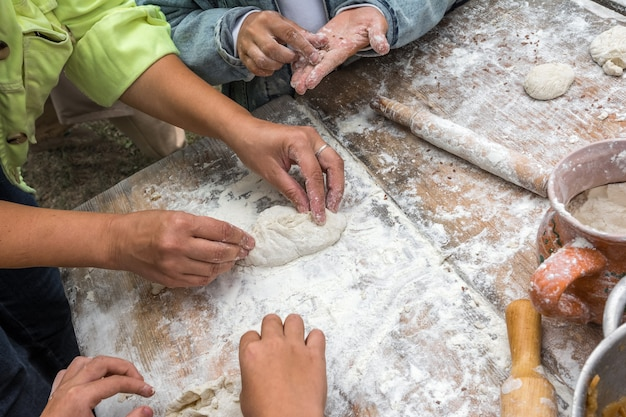 Festival dei mestieri popolari una donna insegna ai bambini a cucinare torte con cavolo