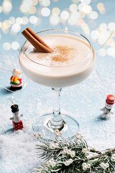 Zabaione cocktail alcolico festivo in un bel bicchiere