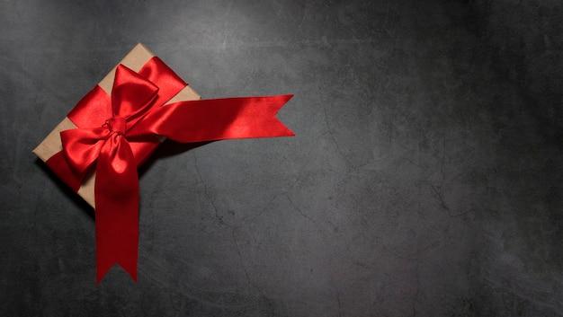 Sfondo festivo vista dall'alto sull'erba con una forka decorata con nastro rosso