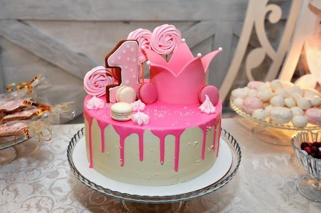 Torta festiva decorata con glassa rosa.