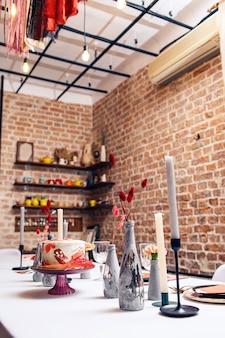 Torta festiva in rosso sul tavolo del banchetto. arredamento interno del ristorante.