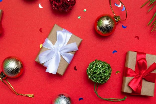 Biglietto festivo con copia spazio con elementi natalizi su uno sfondo colorato. avvolgimento di natale, sfondo.