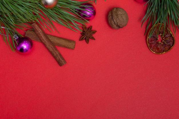 Biglietto festivo con copia spazio con elementi natalizi su uno sfondo colorato. incarto natalizio
