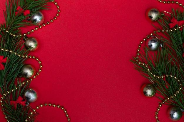 Biglietto festivo con copia spazio con elementi natalizi su uno sfondo colorato. sfondo festivo