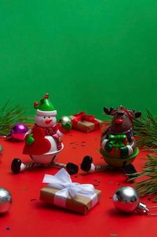 Biglietto festivo con copia spazio con elementi natalizi su uno sfondo colorato. sfondo bokeh festivo
