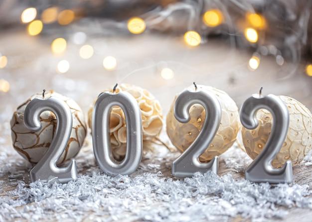 Fondo festivo di natale con le candele sotto forma di numeri 2022
