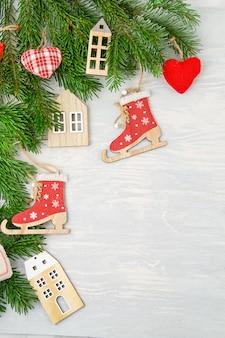Priorità bassa festiva di natale con la decorazione libera e naturale di plastica.